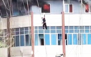 Video: Người đàn ông treo mình ở cửa sổ, rồi 'buông tay' để thoát khỏi tòa nhà đang cháy