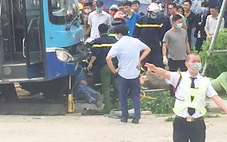 Video: Xe buýt mất phanh, tông chết người đi bộ trước khu đô thị ở Hà Nội