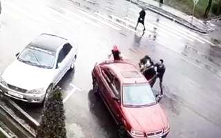 Video: Bắt cóc để 'ép cưới', một cô gái chết trong xe hơi