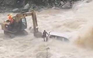 Video: Xe máy xúc giải cứu tài xế ô tô mắc kẹt giữa sông