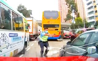 Video: Cảnh sát dùng gậy đập vỡ cửa kính, rút súng bắn tài xế 'xe điên' ở Hồng Kông