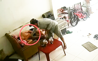 Video: Giả dạng bán vé số để thản nhiên đi vào nhà ăn cắp điện thoại ở TP.HCM