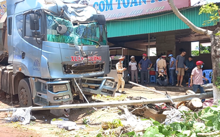 Video: Xe đầu kéo tông nát nhiều xe máy đậu trên vỉa hè ở Đắk Nông