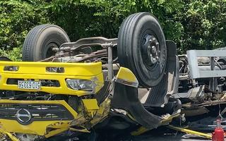 Video: Hiện trường ngổn ngang xe tải đổ đèo Cù Mông, tông vách núi lật ngửa, 2 người chết