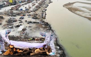 Video: Ấn Độ điều tra vụ hàng chục thi thể nghi nạn nhân COVID-19 dạt vào bờ sông Hằng