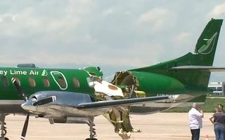 Video: Máy bay gần như đứt đôi sau cú va chạm trên không