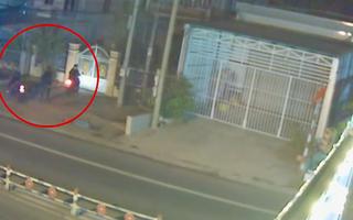 Video: Hai đối tượng táo tợn giật dây chuyền ngay trước cửa nhà