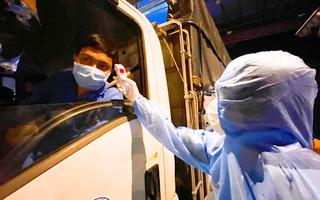 Video: Đo thân nhiệt, kiểm tra y tế đối với người dân vào TP.HCM