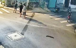 Video: Nhóm thanh niên lộng hành, tấn công người đàn ông, cướp xe máy ngay trước nhà