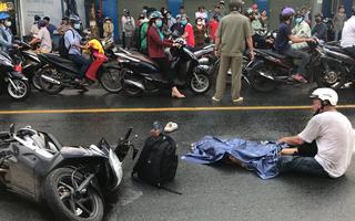 Video: Đau xé lòng hình ảnh cha ôm thi thể con gái sau tai nạn với xe buýt ở TP Thủ Đức