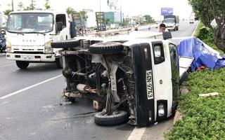 Video: Xe tải gãy trục lật nhào khi vừa đổ dốc cầu Bình Lợi, 2 người bị thương