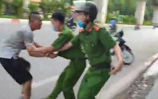 Video: Khống chế thanh niên nghi 'ngáo đá', chặn đầu xe ở Hà Nội