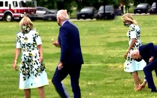 Video: Khoảnh khắc Tổng thống Biden hái hoa dại tặng phu nhân gây sốt mạng xã hội