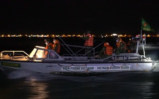 Video: Trắng đêm trên đoạn sông biên giới để phòng chống dịch COVID-19