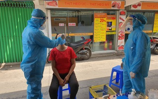 Video: Khoanh vùng, lấy mẫu khẩn cấp người có mặt trong chợ Phú Nhuận