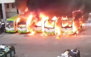 Video: Sự cố sạc pin, 4 xe buýt điện bị thiêu rụi