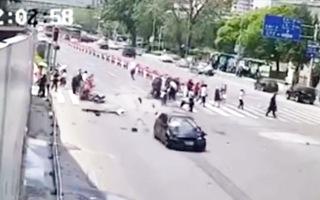 Video: Khoảnh khắc xe BMW vượt đèn đỏ, tông vào đoàn người đi qua đường