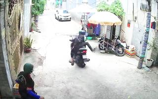 Video: Vờ hỏi chuyện, hai thanh niên dàn cảnh cướp giật điện thoại của người phụ nữ