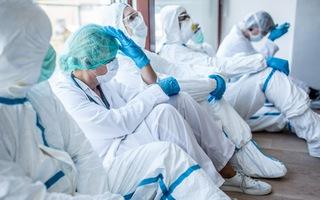 Video: Có tới 115.000 nhân viên y tế đã chết do COVID-19
