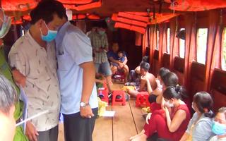 Video: Giữa lúc dịch 'căng như dây đàn', nhóm 'quý bà' miền Tây tụ tập sát phạt trên tàu du lịch