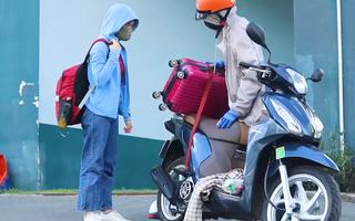 Video: Sinh viên gói ghém đồ đạc rời ký túc xá ĐHQG để bàn giao phòng làm khu cách ly