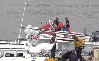Video: Cứu hộ vụ lật tàu ở Mỹ làm 3 người chết, hàng chục người bị thương