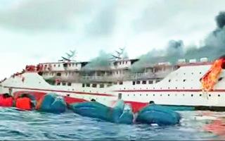 Video: Tàu chở gần 200 người bốc cháy, nhiều hành khách nhảy xuống biển thoát thân