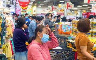 Video: Người dân TP.HCM ùn ùn đi mua thực phẩm, siêu thị tăng nguồn cung
