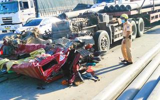Video: Sau tai nạn cabin xe đầu kéo gãy rời, đè 2 người nguy kịch