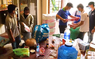 Video: Hỗ trợ chuyển đồ cho sinh viên rời ký túc xá để làm khu cách ly