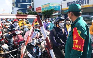 Video: Đông nghịt người tại các chốt chặn ở Gò Vấp trong ngày đầu thực hiện giãn cách