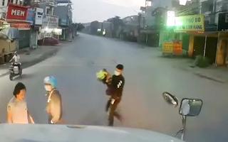 Video: Hai thanh niên suýt 'hồn lìa khỏi xác' khi ngã ngay trước đầu container