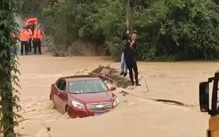 Video: Cứu 2 người trong chiếc ôtô bị nước lũ cuốn trôi