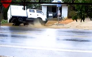 Video: Xe biển số xanh lật nhào trên đường, 2 người bị thương