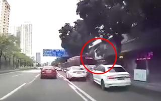 Video: Thanh niên đi mô tô bị húc bay lên không, may mắn chỉ xay xát nhẹ
