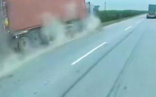 Video: Tài xế ngủ gật, xe container cày hơn 100 mét trên cao tốc