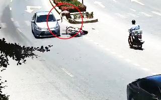 Video: Cho xe máy chuyển hướng đột ngột, người đàn ông bị ôtô hất tung