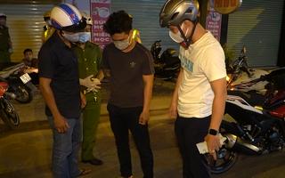 Video: Thấy tổ 363 Gò Vấp, thanh niên nhanh tay vứt gói ma túy xuống đường, bỏ chạy