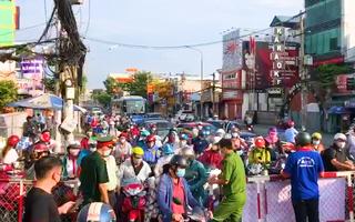 Video: Kiểm soát ra vào quận Gò Vấp sáng nay ùn ứ hàng ngàn người, lại phải xả chốt
