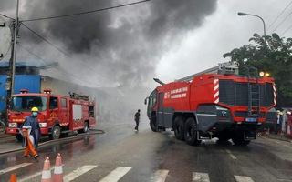 Video: Kho phế liệu trong khu dân cư cháy lớn, hàng trăm hộ dân phải di dời