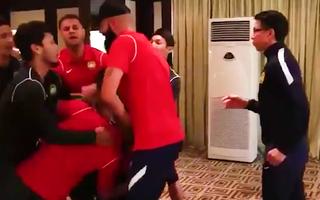 Video: Cầu thủ Malaysia 'giả vờ' đánh nhau để gây bất ngờ trong sinh nhật HLV trưởng Tan Cheng Hoe