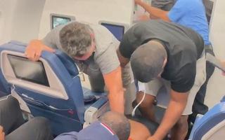 Video: Hành khách tấn công hai tiếp viên khiến máy bay phải hạ cánh khẩn cấp