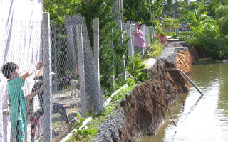 Video: Sạt lở hơn 50m, hàng trăm hộ dân bị chia cắt đi lại ở Tiền Giang