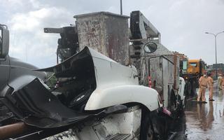 Video: Bảo trì camera ở dốc cầu Phú Mỹ, một nhân viên bị xe container húc văng hàng chục mét