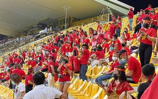 Video: Cổ động viên Việt Nam 'tiếp lửa' thầy trò HLV Park Hang Seo