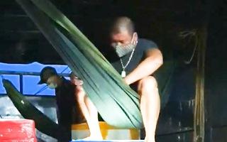 Video: Phát hiện 2 người 'chui' trên thùng xe tải chở hải sản từ Quảng Ninh về Sơn La