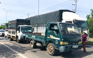 Video: Xe tải ùn ứ tại chốt kiểm soát dịch ở Đà Nẵng