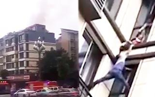 Video: Người đàn ông trèo lên tầng 3 của tòa nhà đang cháy, giải cứu cháu bé bị kẹt