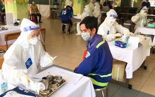 Video: TP.HCM tiêm vắc xin cho 2.000 công nhân môi trường