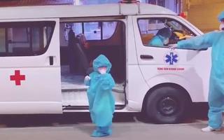 Video: Xúc động hình ảnh bé gái 5 tuổi một mình lên xe đi điều trị COVID-19 ở Bình Chánh